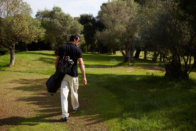 A caminhada atrativa do homem ao parque no dia claro imagens de stock
