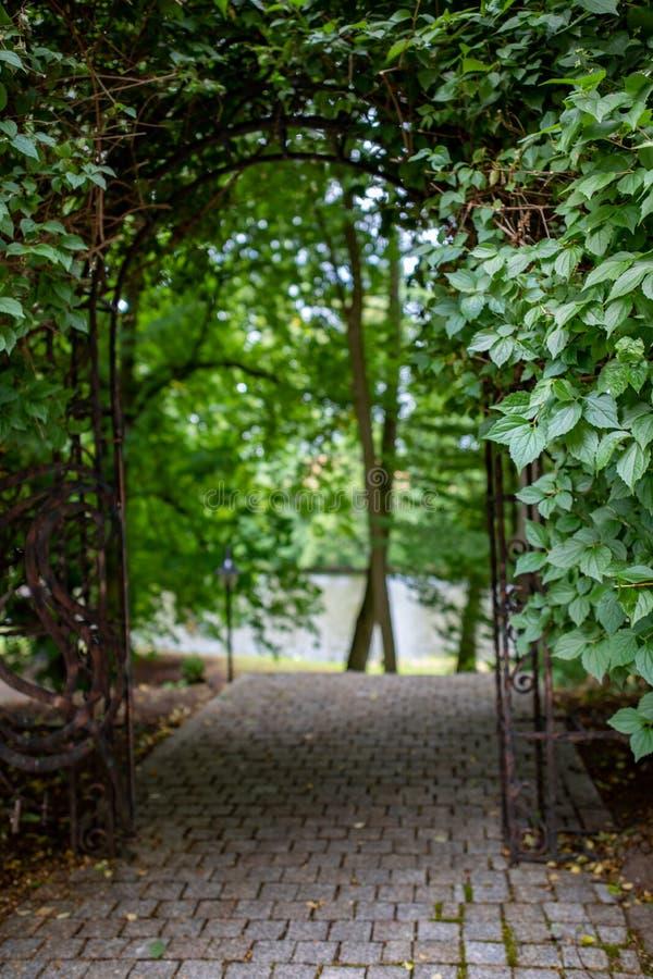 Caminhada através de uma conversão em um parque Entrada ao parque em uma cidade pequena fotografia de stock