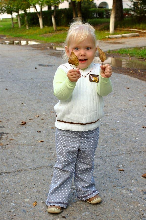 Caminhada bonita da menina no parque. fotografia de stock royalty free
