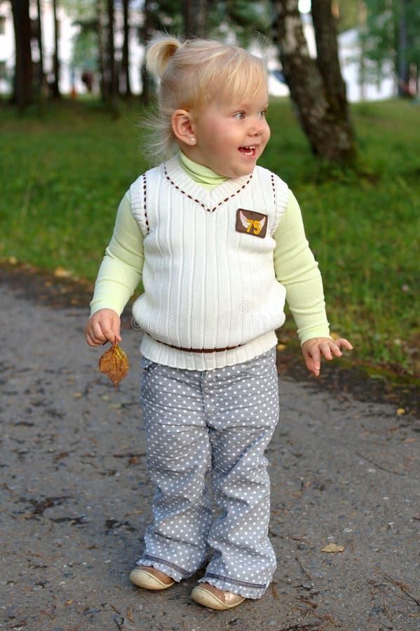 Caminhada bonita da menina no parque. foto de stock