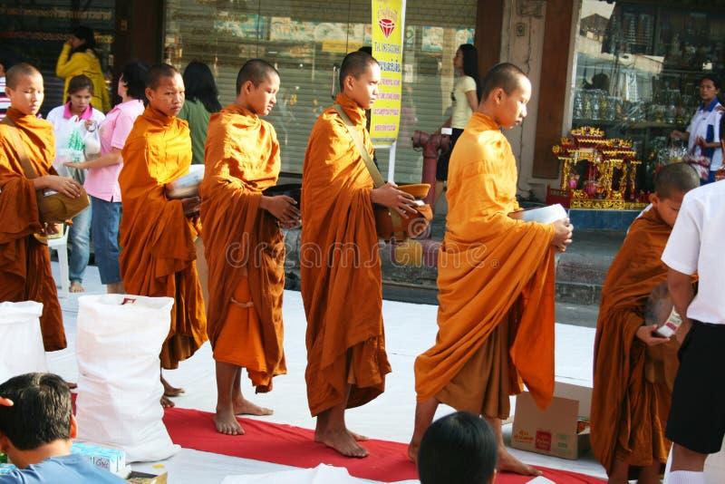 Caminhada budista das monges que coleta alms, Tailândia. fotos de stock