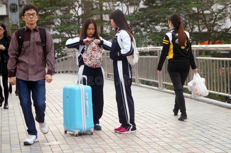 Caminhada chinesa dos estudantes fêmeas na rua fotos de stock