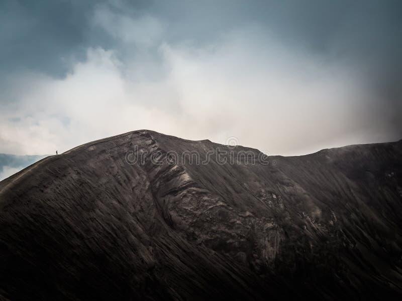 Caminhada da cratera do vulcão de Bromo da montagem foto de stock