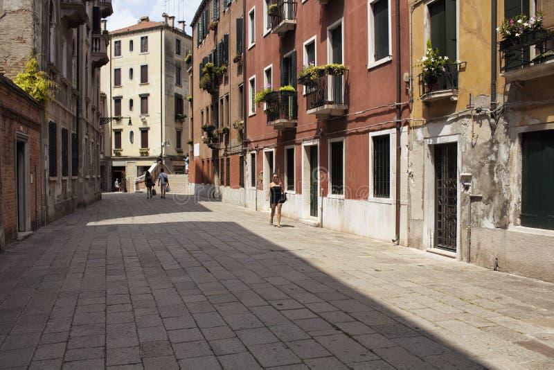 Caminhada da caminhada dos povos em uma rua foto de stock royalty free