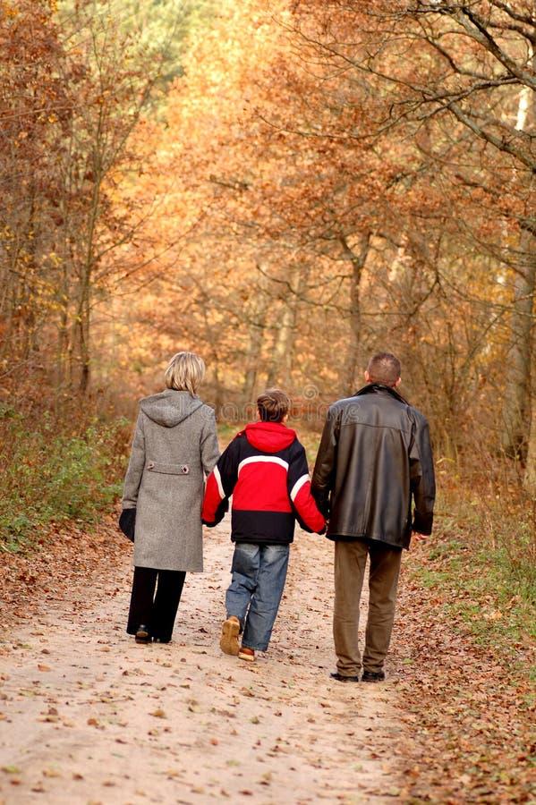 Caminhada da família foto de stock