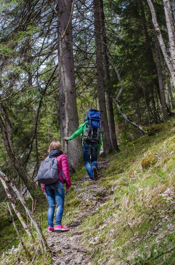 Caminhada da família ao longo do trajeto da montanha foto de stock