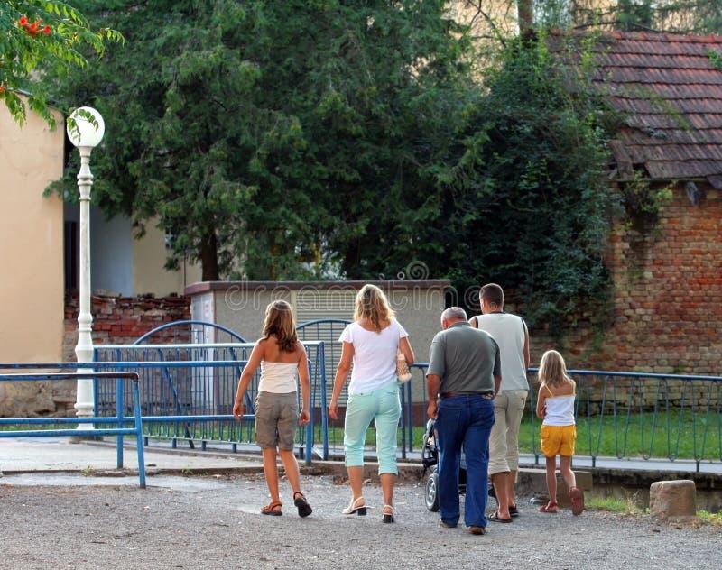 Caminhada da família de domingo fotografia de stock