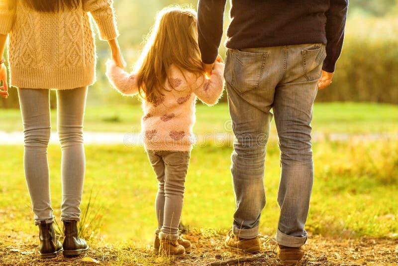 Caminhada da família no parque, feliz no por do sol fotos de stock royalty free
