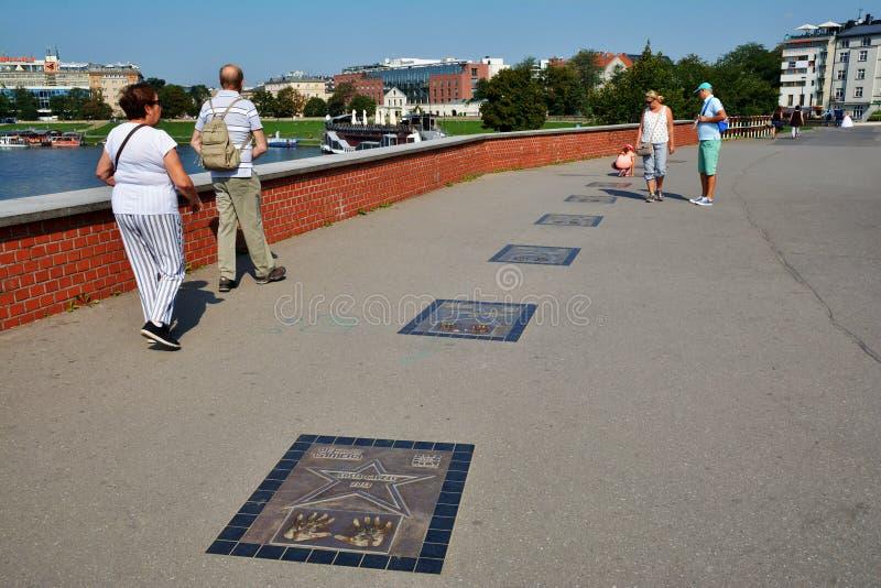 Caminhada da fama, avenida das estrelas perto do castelo real de Wawel em Krakow, Polônia fotografia de stock