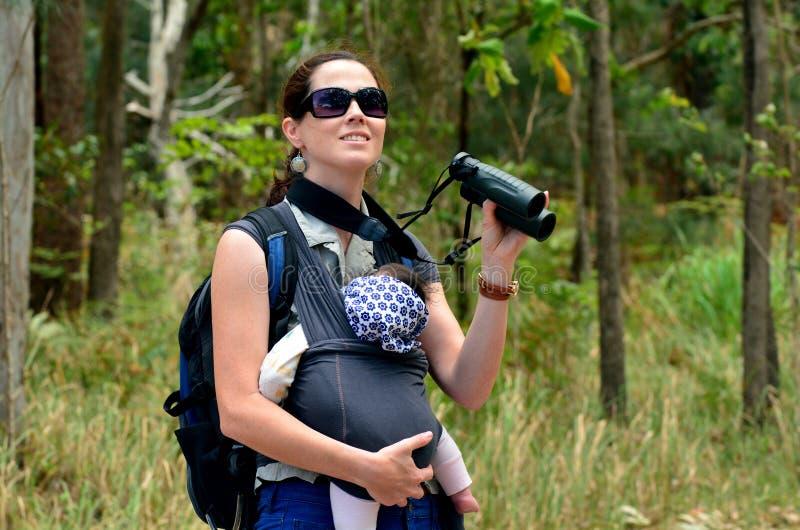 Caminhada da mãe com seu bebê infantil imagens de stock