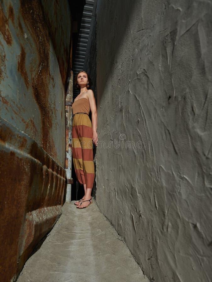 Caminhada da menina do verão lifestyle fotos de stock royalty free