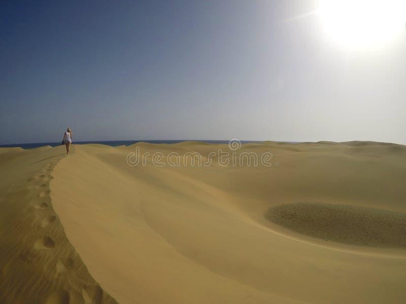Caminhada da menina no deserto fotografia de stock royalty free
