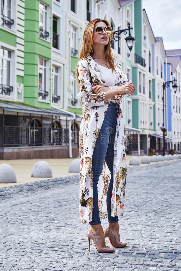Caminhada da mulher na elevação elegante ocasional da forma do estilo da cidade da rua fotografia de stock royalty free