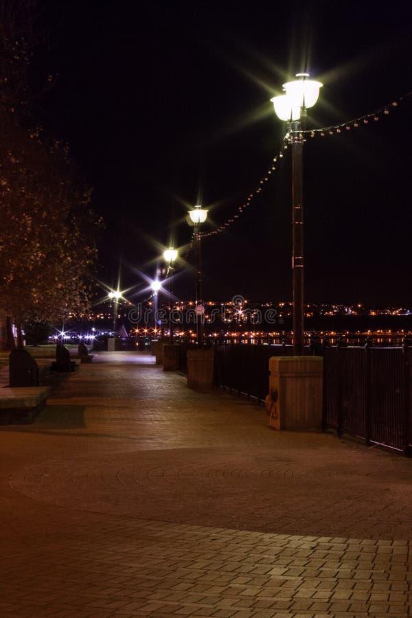 Caminhada da parede de mar na noite fotografia de stock