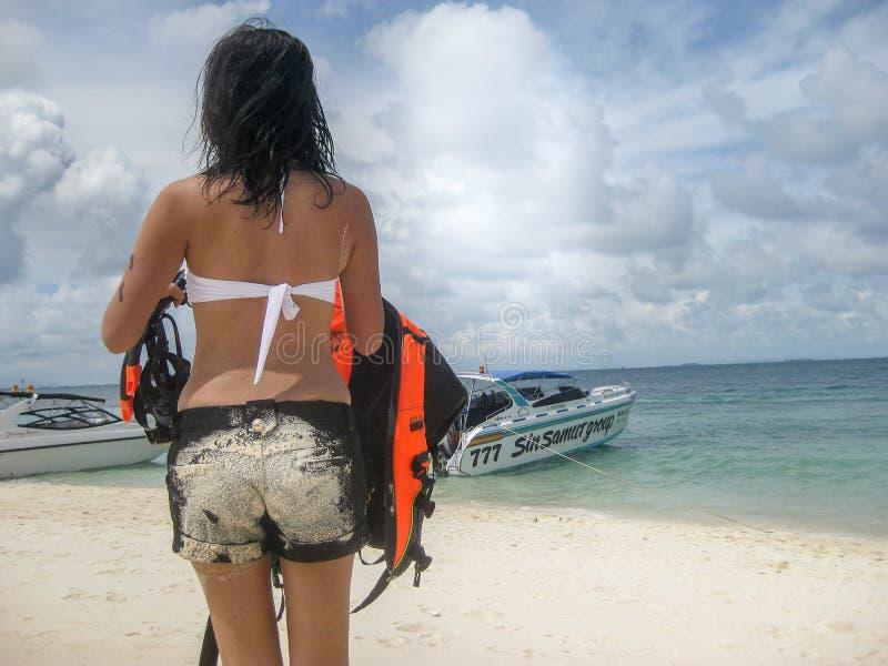 Caminhada da parte traseira da senhora no curso da praia em Tailândia fotografia de stock royalty free