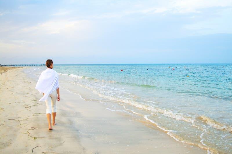 Caminhada da praia ao longo de uma costa fotos de stock royalty free