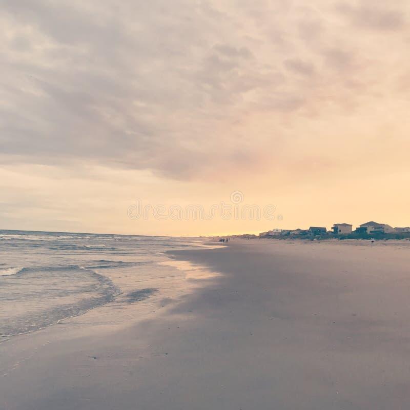 Caminhada da praia do por do sol fotos de stock royalty free