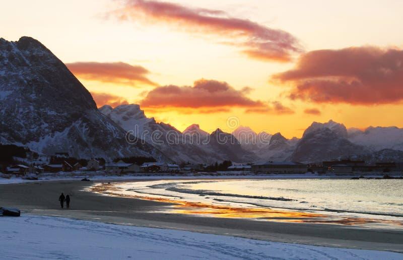 Caminhada da praia no por do sol imagens de stock
