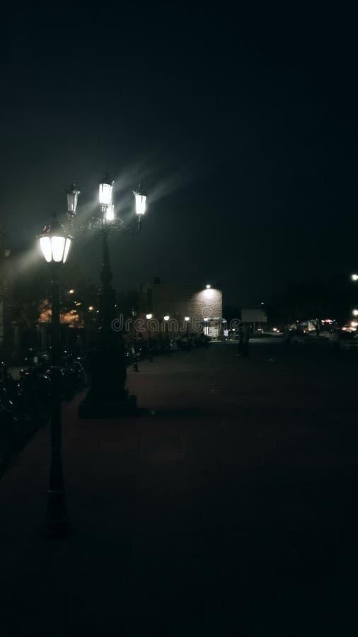 Caminhada das lâmpadas da vida noturna imagem de stock