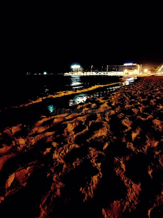 Caminhada das noites na praia em Alicante, Espanha foto de stock royalty free