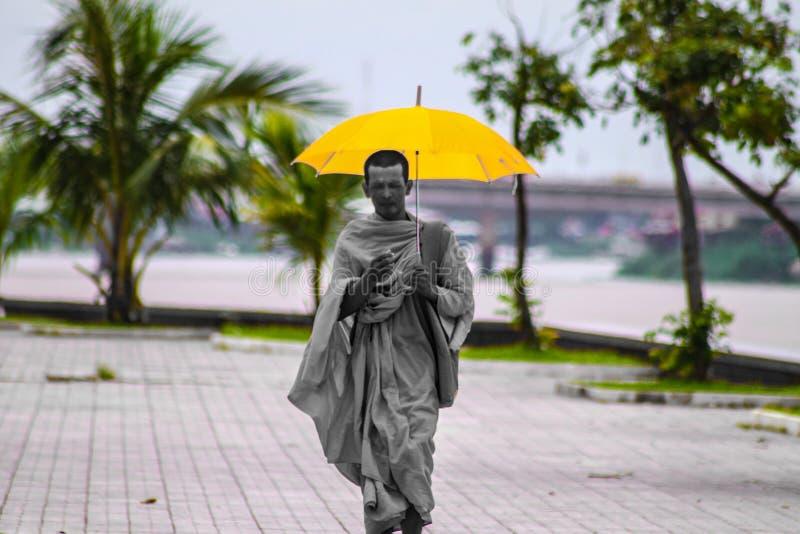 A caminhada de uma monge fotografia de stock