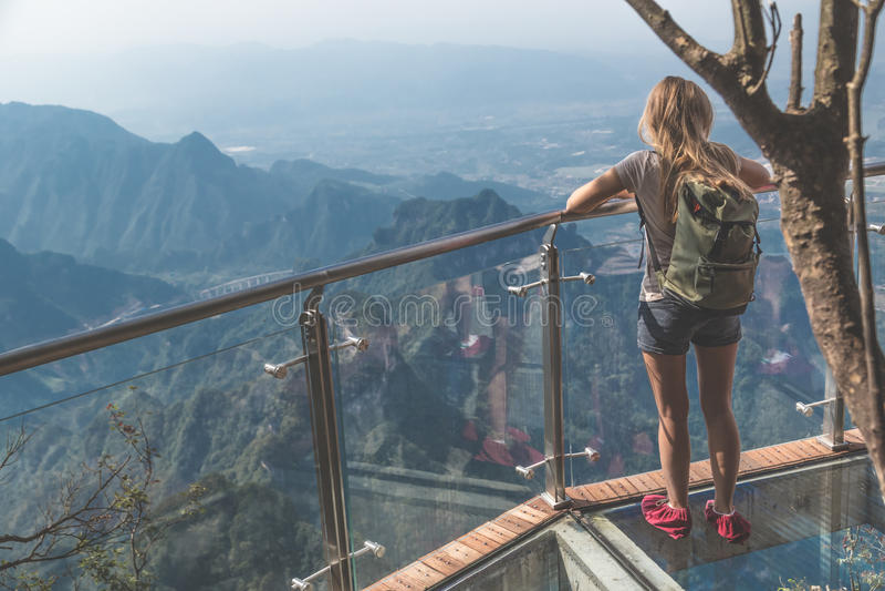 Caminhada de vidro do céu na montanha de Tianmenshan imagens de stock royalty free