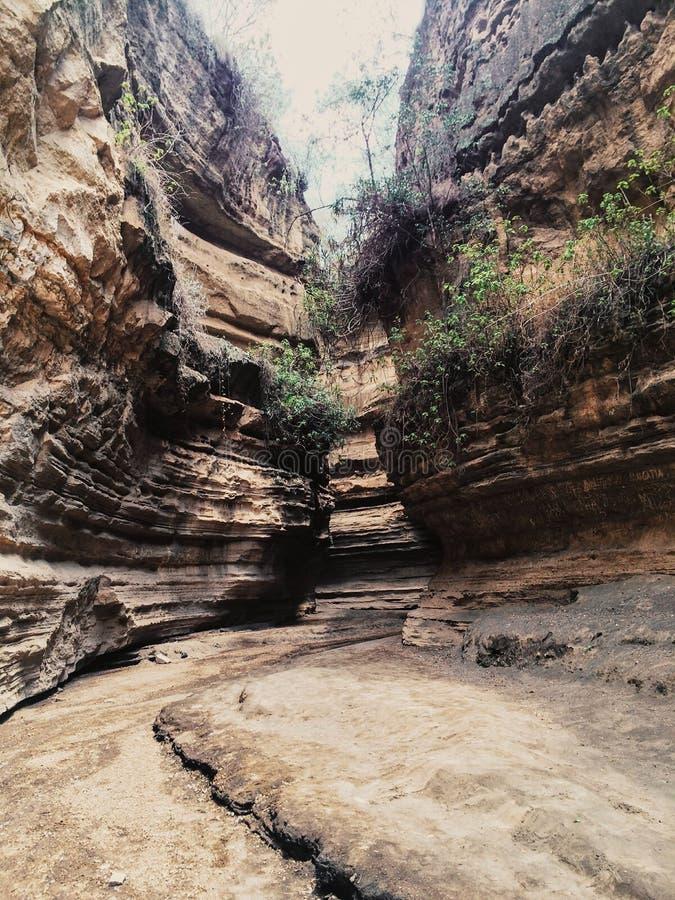 Caminhada do desfiladeiro em Hell' parque nacional da porta de s, Kenya imagem de stock