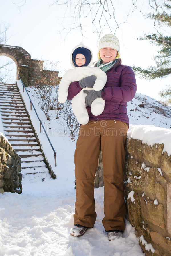 Caminhada do inverno na neve com mamã fotografia de stock royalty free