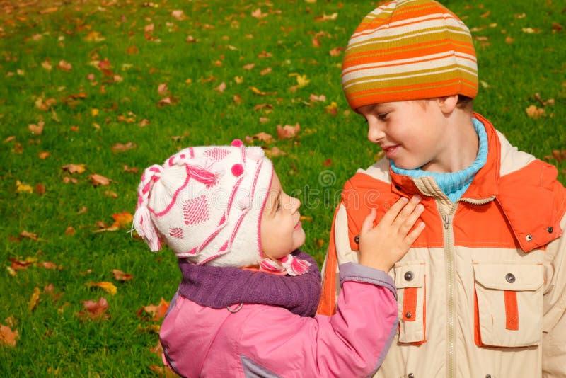 Caminhada do irmão e da irmã no parque fotografia de stock royalty free