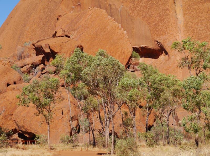 A caminhada do mala em torno da rocha de Ayers fotos de stock
