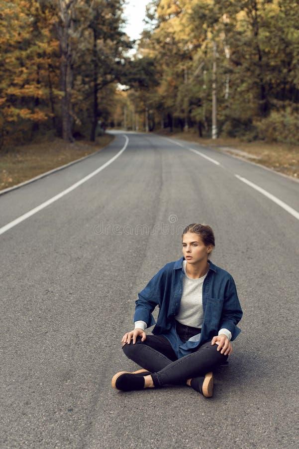 Caminhada do outono com uma moça na cidade fotografia de stock