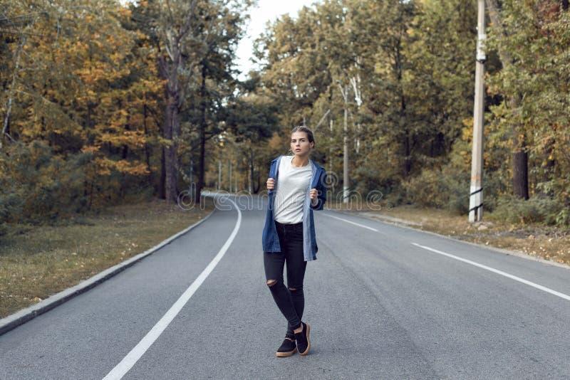 Caminhada do outono com uma moça na cidade imagens de stock royalty free