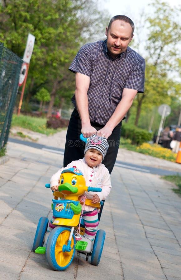 Caminhada do pai e do bebê foto de stock royalty free