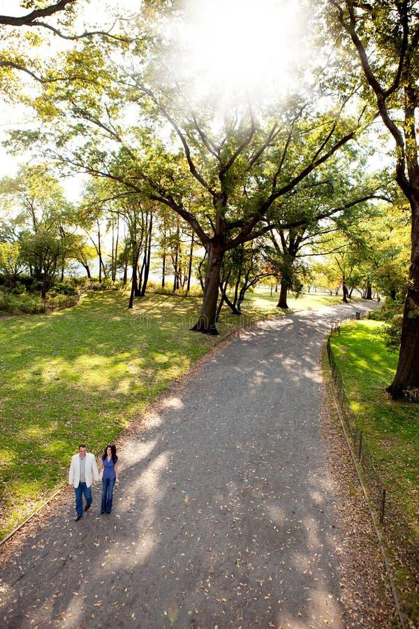Caminhada do parque dos pares fotos de stock royalty free