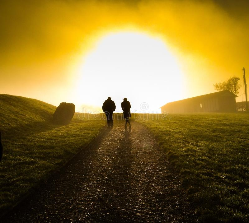 Caminhada do por do sol imagens de stock royalty free