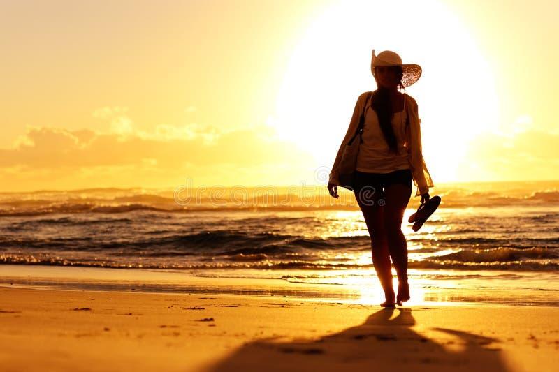 Caminhada do por do sol ao longo do mar imagem de stock