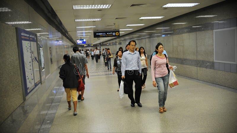 Caminhada dos assinantes através do estação de caminhos-de-ferro subterrâneo fotos de stock