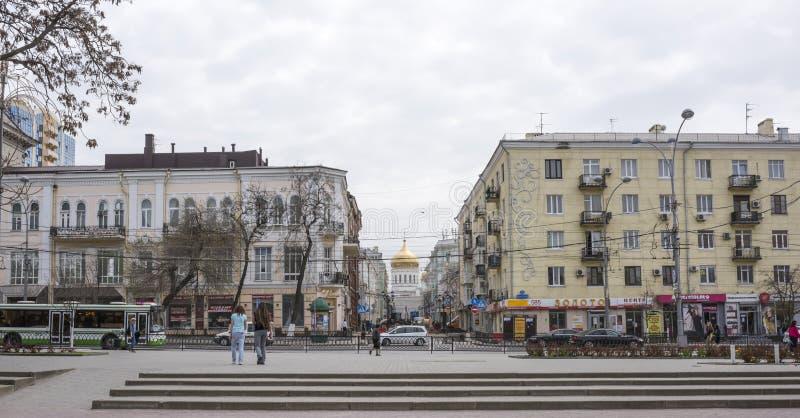 Caminhada dos cidadãos em uma cidade da mola fotografia de stock
