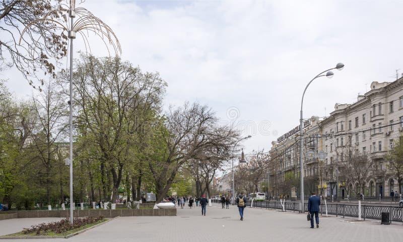 Caminhada dos cidadãos em uma cidade da mola imagens de stock royalty free