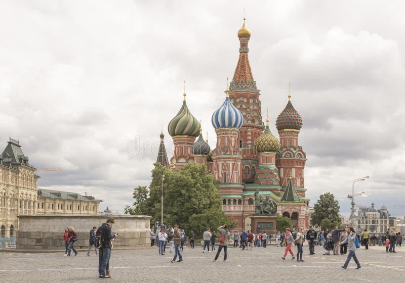 Caminhada dos cidadãos no quadrado vermelho foto de stock royalty free
