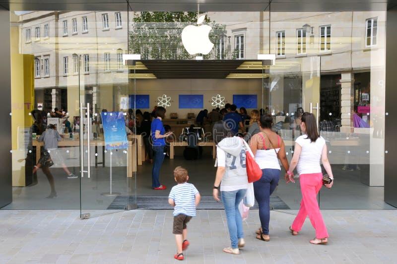 Caminhada dos clientes a Apple Store fotos de stock royalty free