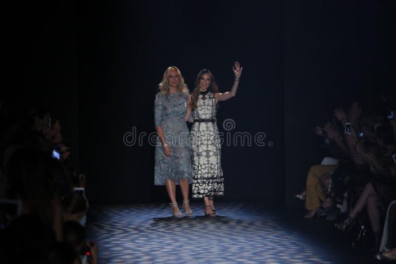 Caminhada dos desenhistas Keren Craig e da Georgina Chapman a pista de decolagem no desfile de moda de Marchesa imagens de stock