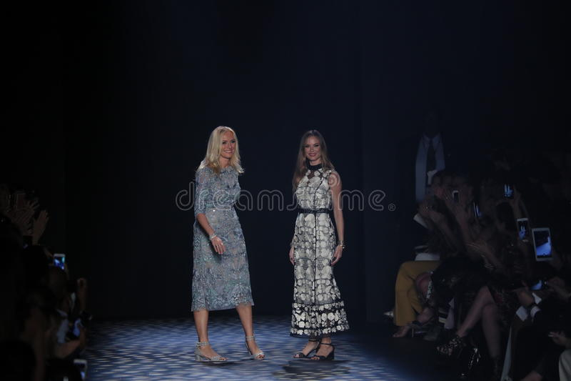 Caminhada dos desenhistas Keren Craig e da Georgina Chapman a pista de decolagem no desfile de moda de Marchesa foto de stock royalty free