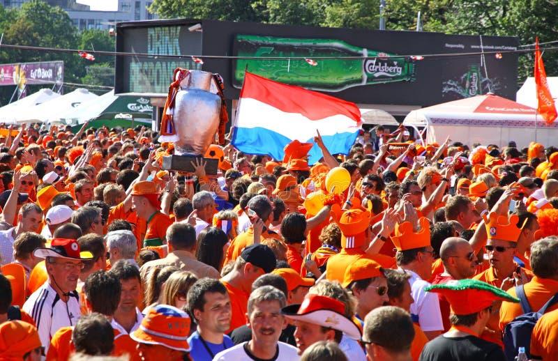 Caminhada dos fan de futebol de Holland em uma rua de Kharkiv imagem de stock