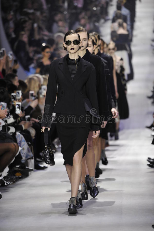 Caminhada dos modelos o final da pista de decolagem durante a mostra de Christian Dior foto de stock royalty free