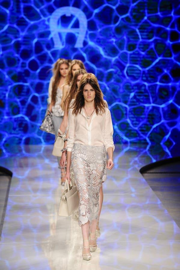 Caminhada dos modelos o final da pista de decolagem durante o desfile de moda de Aigner imagens de stock royalty free
