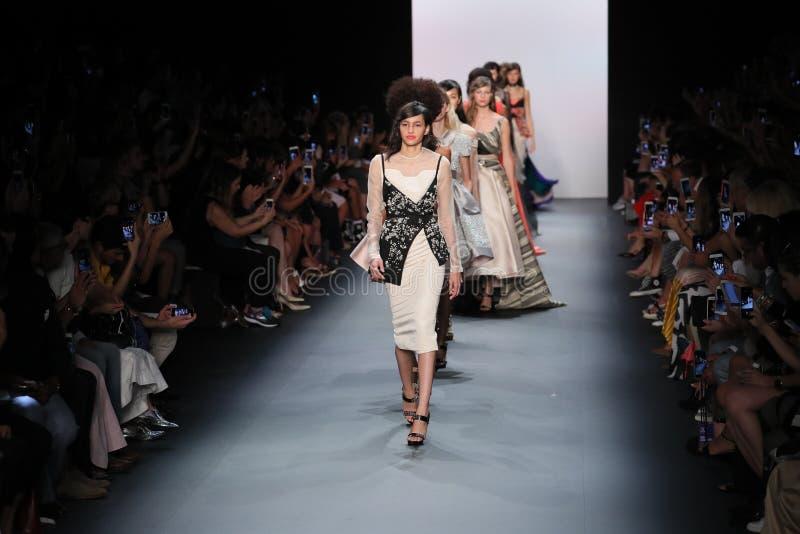 Caminhada dos modelos o final da pista de decolagem durante o desfile de moda de Bibhu Mohapatra imagens de stock royalty free
