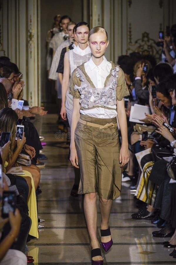 Caminhada dos modelos o final da pista de decolagem durante o desfile de moda de Cividini foto de stock royalty free
