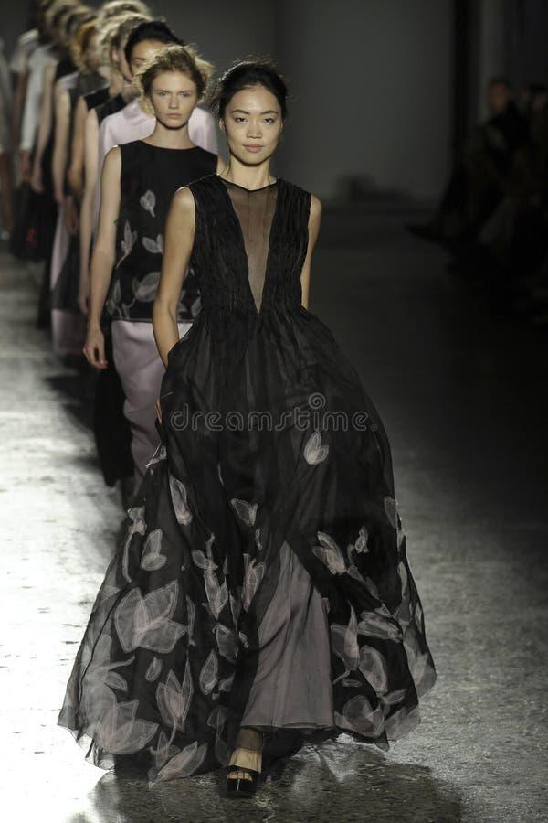 Caminhada dos modelos o final da pista de decolagem durante o desfile de moda de Hui Zhou imagem de stock