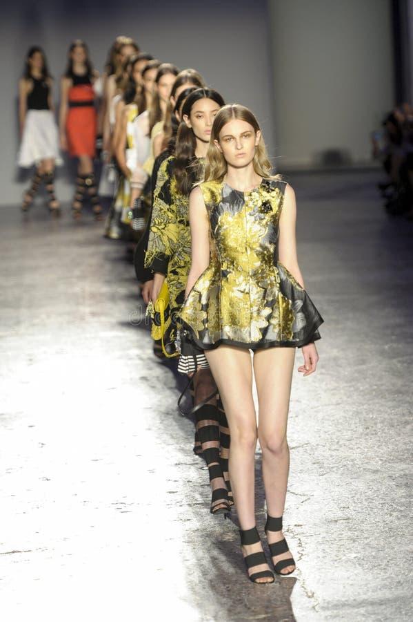 Caminhada dos modelos o final da pista de decolagem durante o desfile de moda de Les Copains fotos de stock